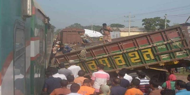 দিনাজপুরে ট্রাক-ট্রেন সংঘর্ষ॥ প্রাণ গেল গেটম্যানের